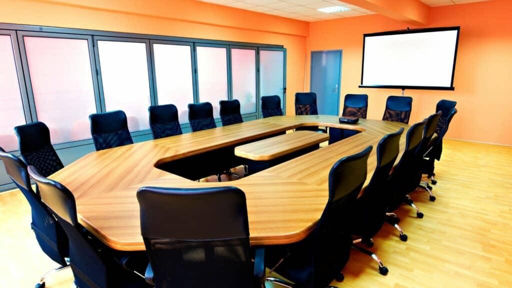 Farbkonzepte und Raumgestaltung von Konferenzräumen für die perfekte Videokonferenzumgebung