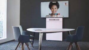 Huddle Room Basic ausgestattet von conference-tv.de inklusive Videokonferenz-Lösung, Medientechnik und Tische, Stühle und Beleuchtung, alles monatlich mietbar