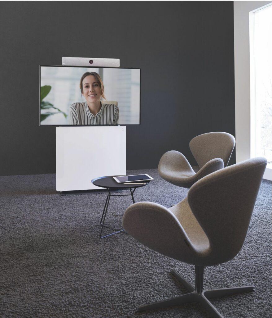Huddle Lounge inklusive Medientechnik, d.h. mit Beistelltisch, Stühlen und Display sowie Displaystele. Ideal für einen repräsentativen Empfangsbereich. Von conference-tv.de alles zur Miete