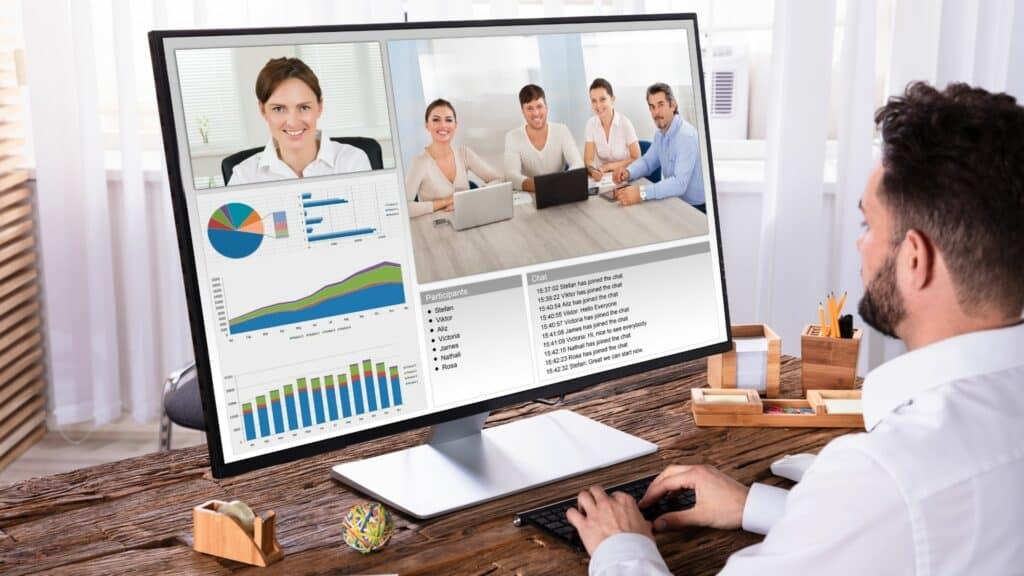 Teampräsentation per Videokonferenz, mobiles Arbeiten mit Videokonferenz-Lösung und Zoom Rooms, Laptop, Kamera und Mikrofon