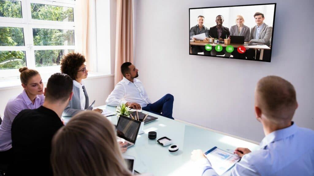 Videokonferenz Meeting mit Videokonferenz-Lösung von ZOOM, Display, Mediensteuerung und Medienmöbeln, alles as a Service
