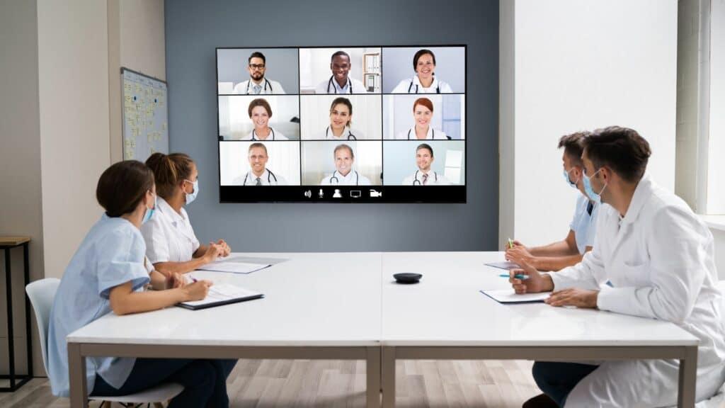 Videokonferenz im Gesundheitswesen mit Display, Mediensteuerung, Kameras und Mikrofon alles zur Miete