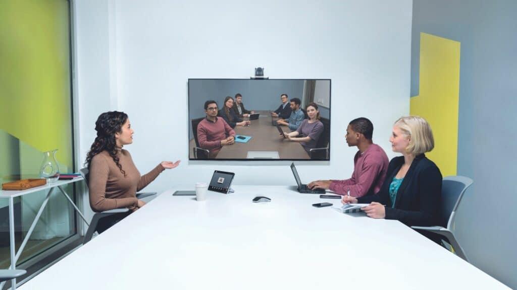 Konferenzraum mit Hardware as a Service hier Poly Studio Videokonferenzsystem mit Kamera, Display, Touch-Controller und Mikrofonen