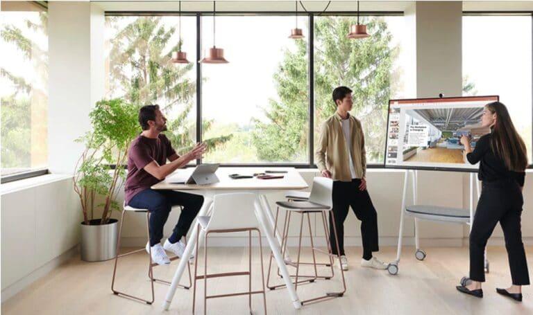 Microsoft Surface Hub 2S ist ein interaktives Whiteboard für Videokonferenzen und hybride Teamarbeit